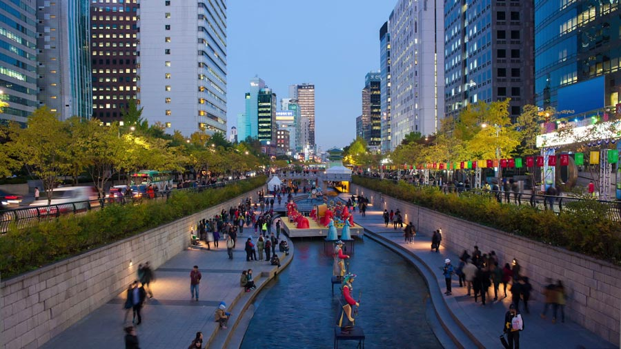 Cheongyecheon in the evening