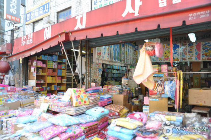 Dongdaemun-Toys-and-Stationery-Street-2