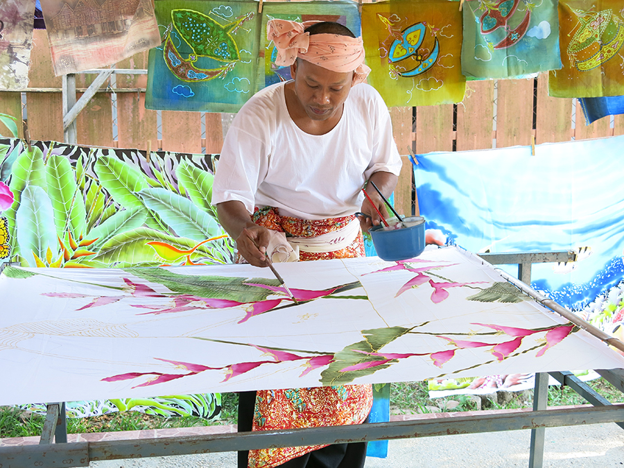 19 - Batik drawing demonstration is a must-see experience